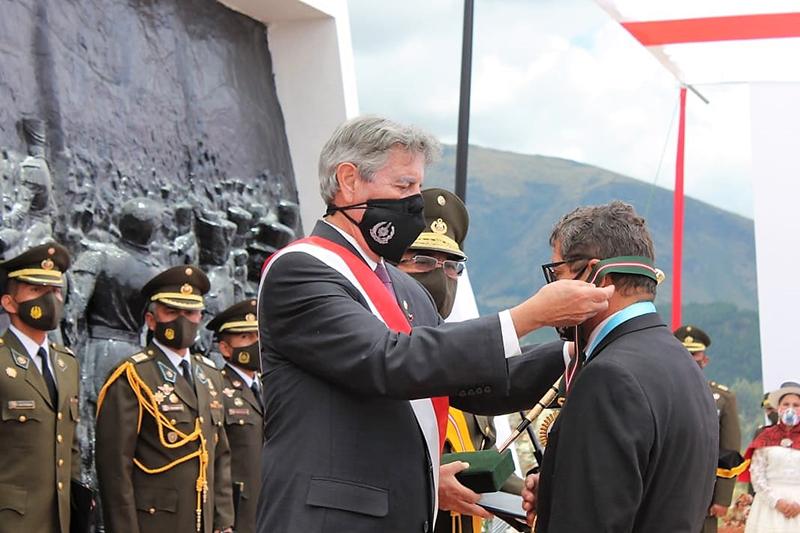 Alcalde de Huamanga recibe importante distinción