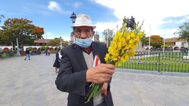 Ciudadanos reciben flores de retama