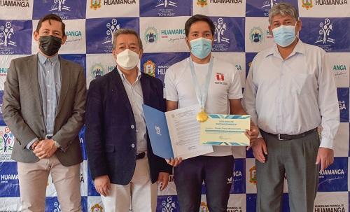 Municipalidad de Huamanga reconoce a ciclista ayacuchano Royner Navarro
